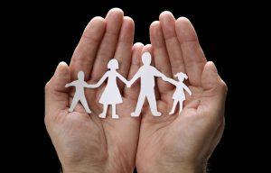 mano-sosteniendo-una-familia-hecha-con-papel